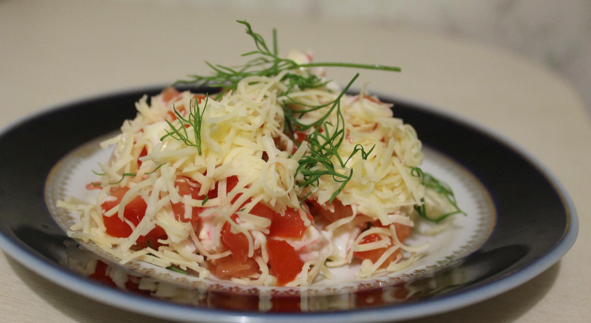 Салат со свежими овощами и крабовыми палочками