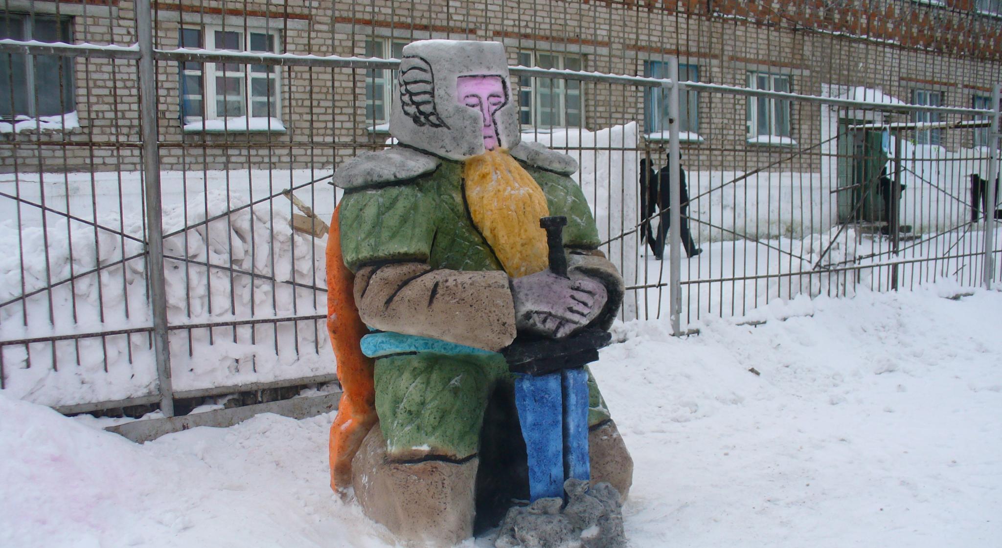 Осужденные из чепецкой колонии слепили из снега миньонов и Тора