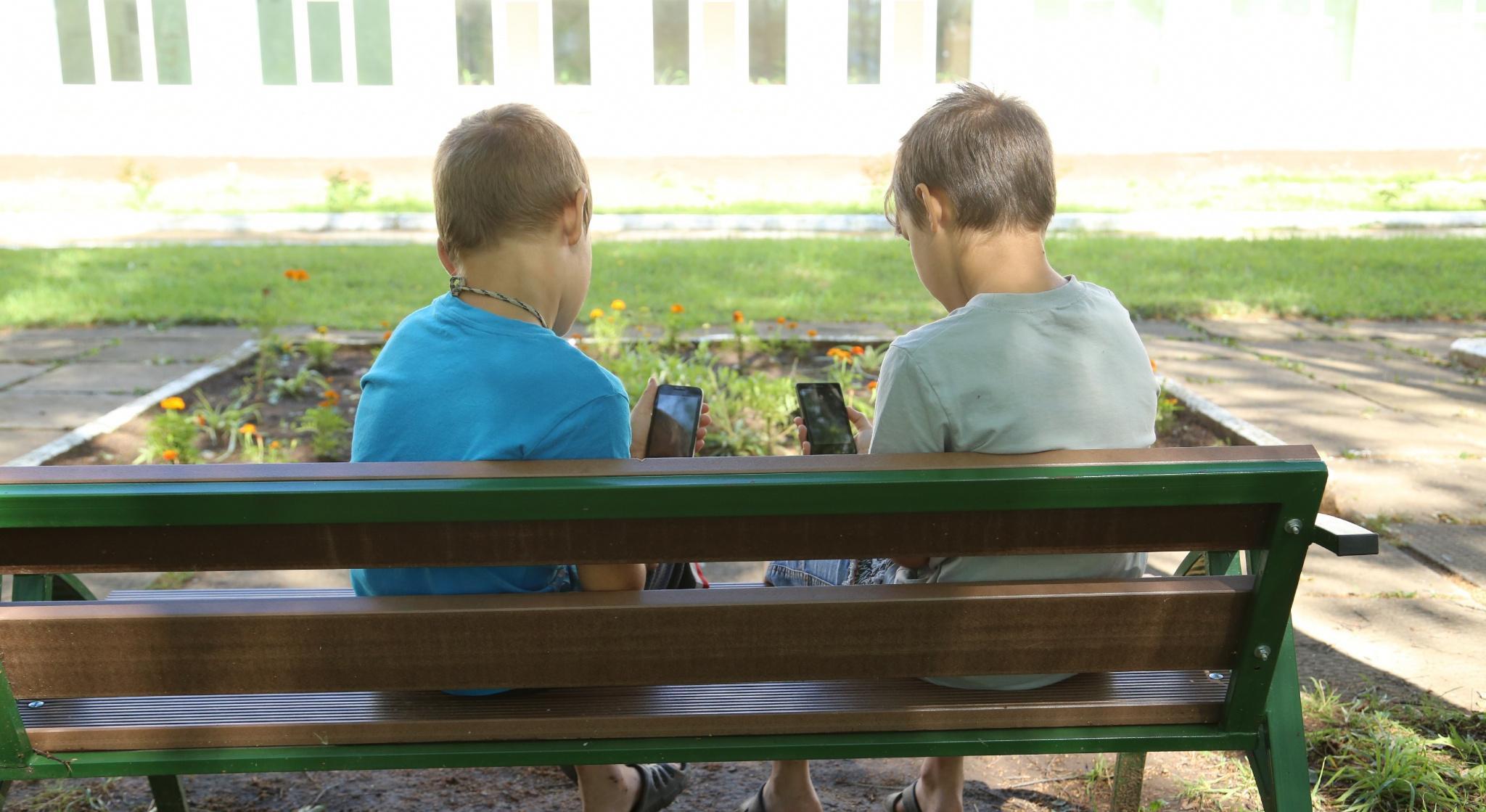 Чепчанка рассказала, что ее маленьким сыновьям в соцсетях предлагают наркотики и присылают откровенные фото