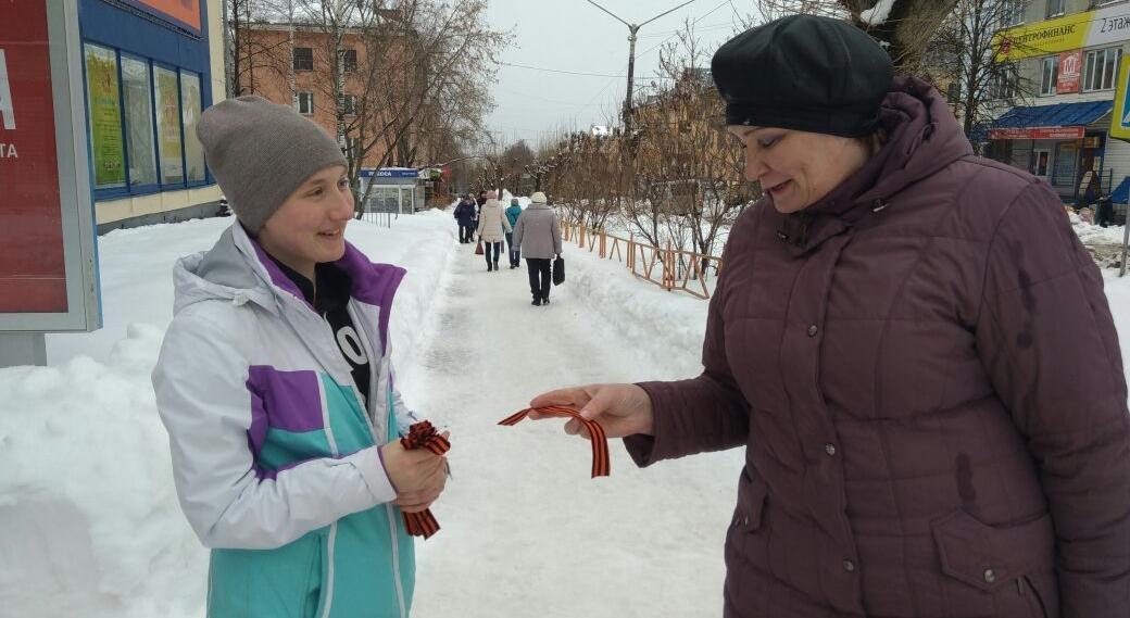 Фоторепортаж: волонтеры раздали чепчанам георгиевские ленты