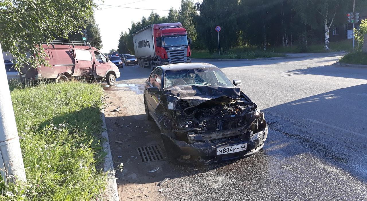 В Чепецке столкнулись «Газель» и Subaru: у водителей возникли разногласия