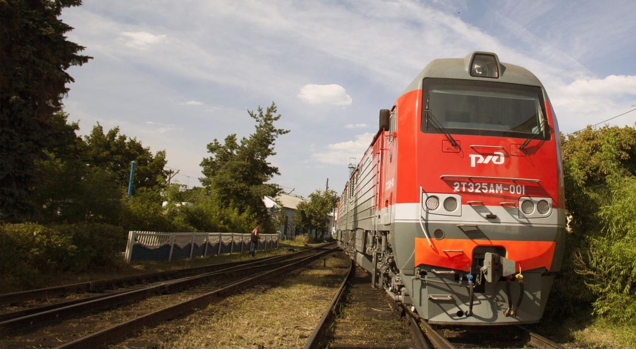 В Кировской области мужчину едва не сбил поезд