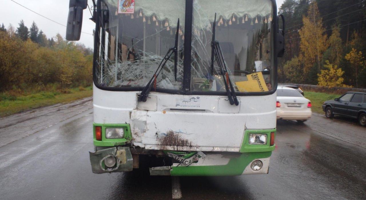 Появилось видео ДТП у стелы, где столкнулись автобус и Chevrolet Niva