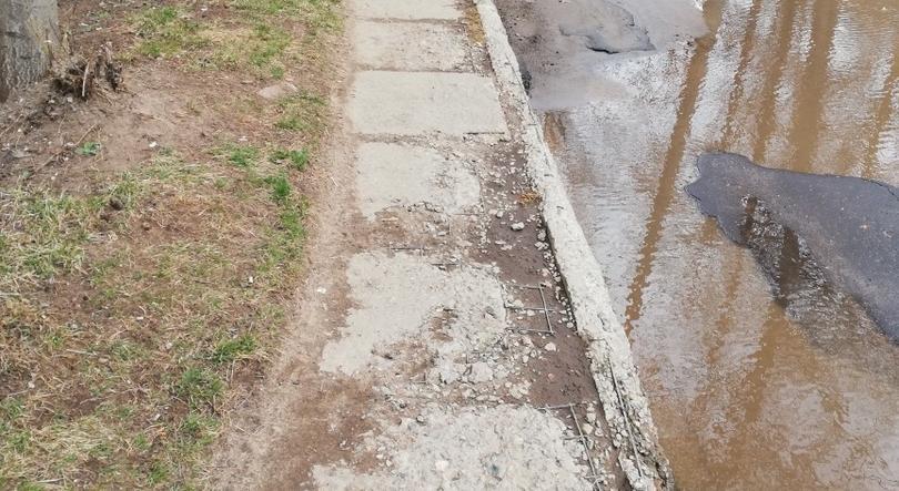 """Жители Чепецка возмущены: """"Нас заставляют ремонтировать дороги за свой счет"""""""