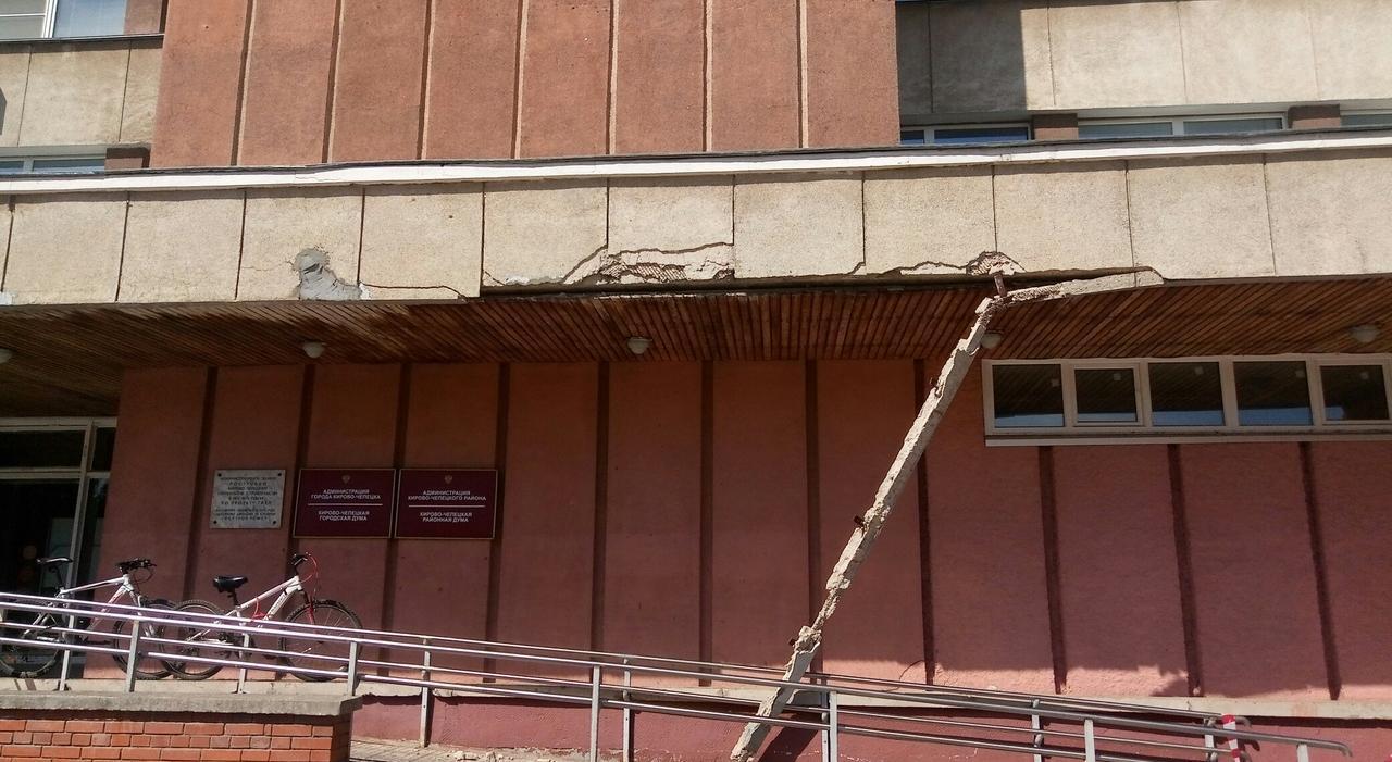 Фото дня: в Кирово-Чепецке обрушилась часть здания городской администрации
