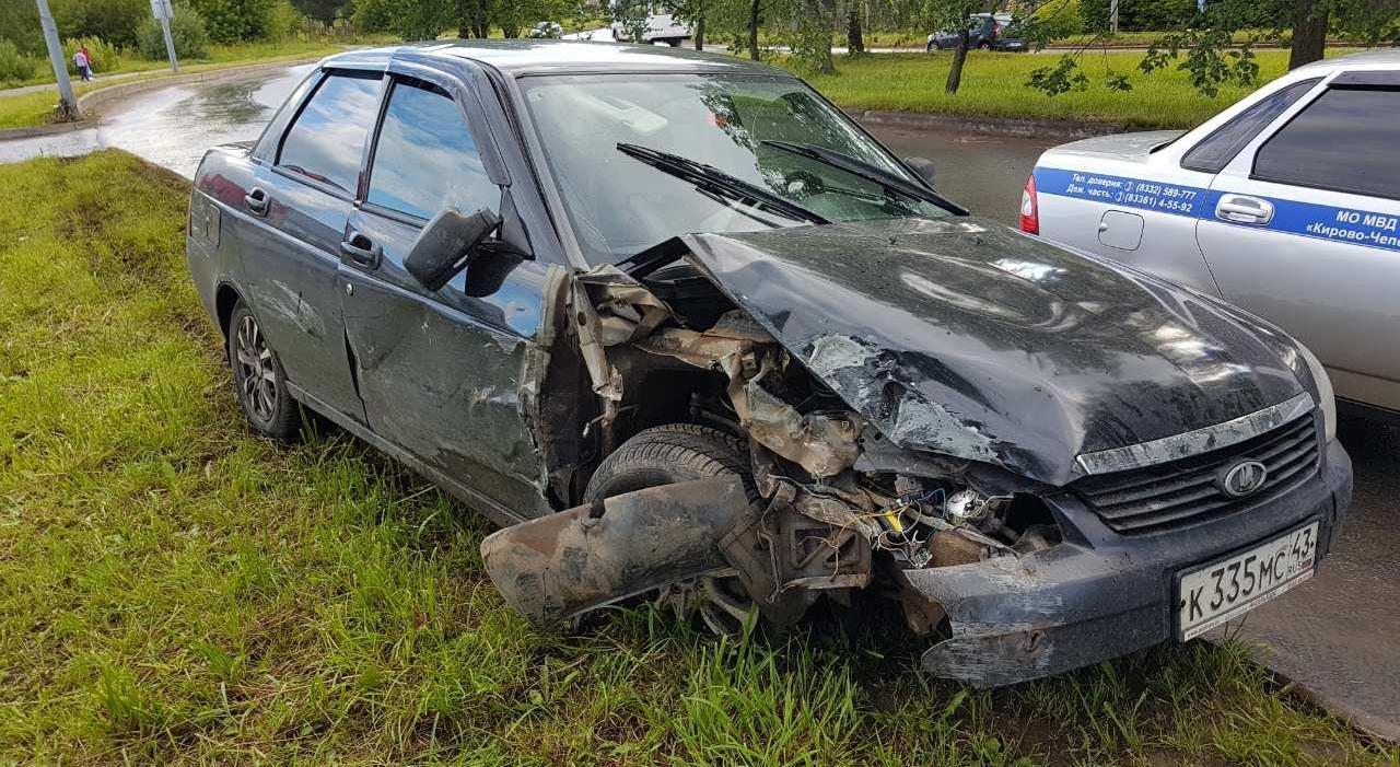 В Кирово-Чепецке 18-летний водитель на «Ладе Приоре» влетел в опору ЛЭП