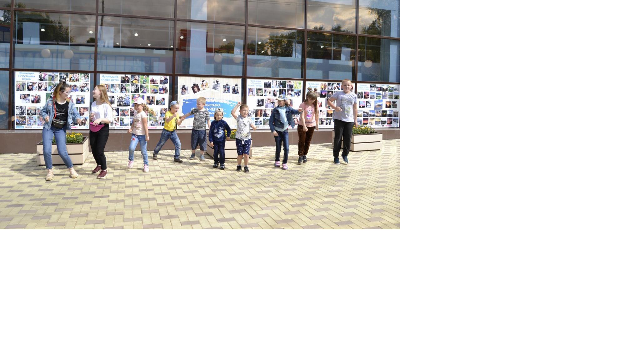 Розыгрыши, призы и танцы: в Чепецке открылась фотовыставка «Город красивых людей»