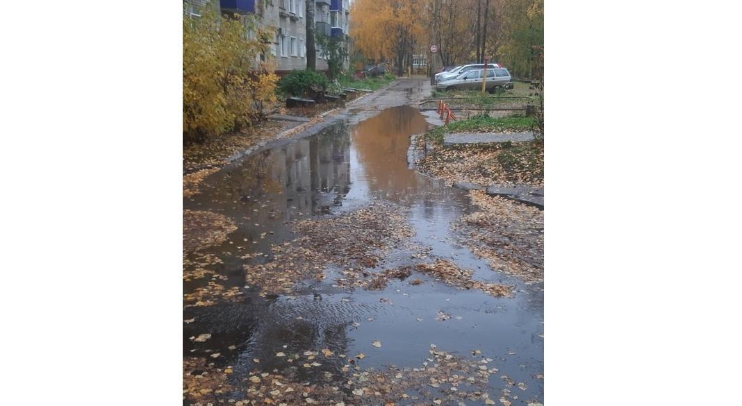В Чепецке после ремонта дороги во дворе появилась огромная лужа