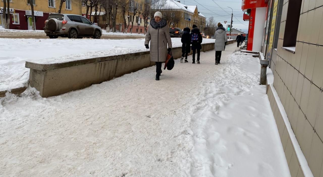 Фоторепортаж: снегопад в первый зимний день укрыл улицы Чепецка