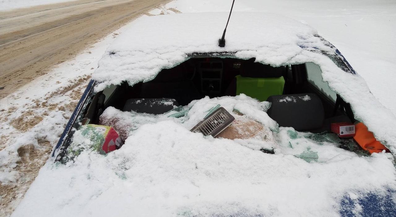 В Чепецке неизвестные разбили машину топором и оставили записку с угрозами