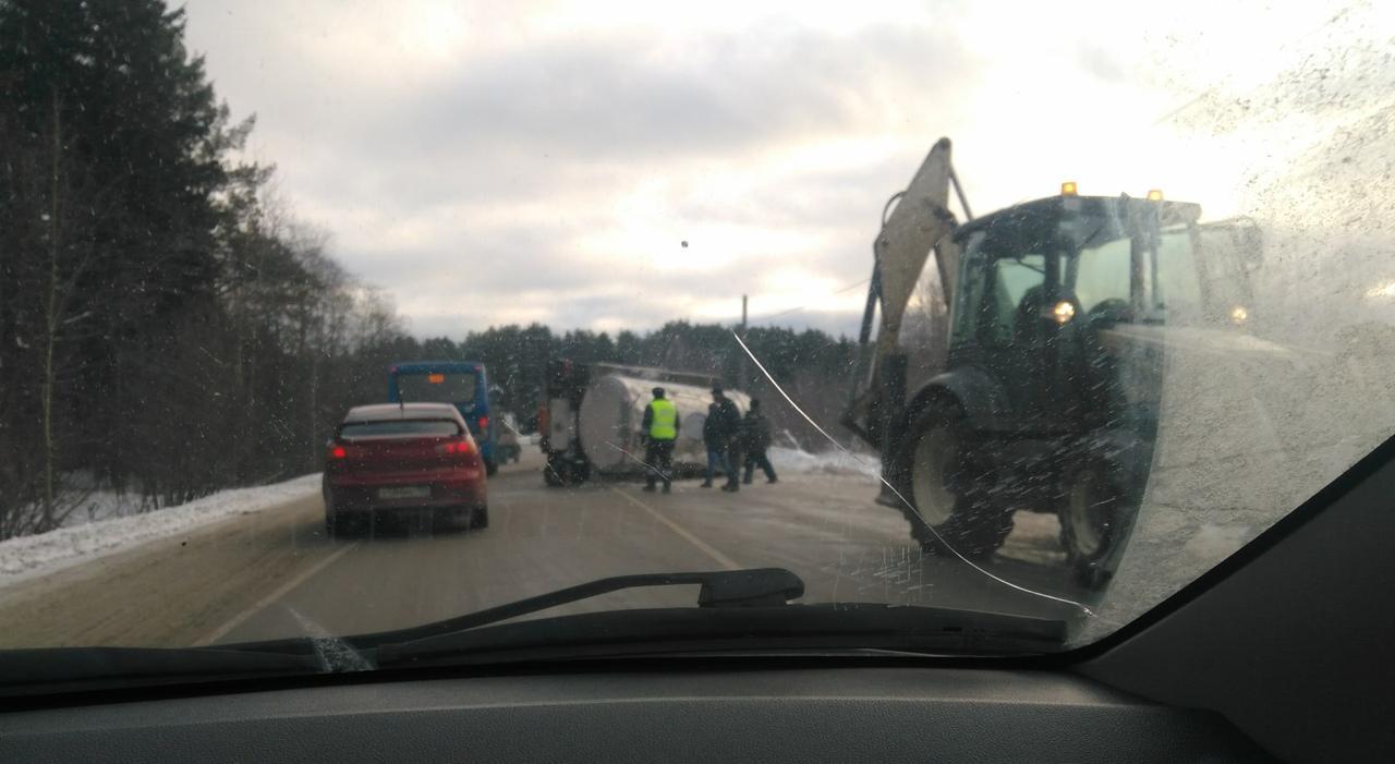 Фото дня: на трассе возле Чепецка перевернулся прицеп молоковоза