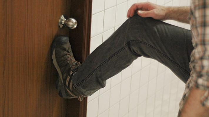 сейчас она что делать если дольщиик оомится в дверь панели пвх