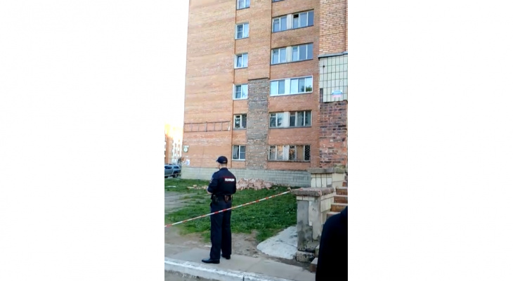 В Кирово-Чепецке на улице Сосновой обрушилась часть фасада дома