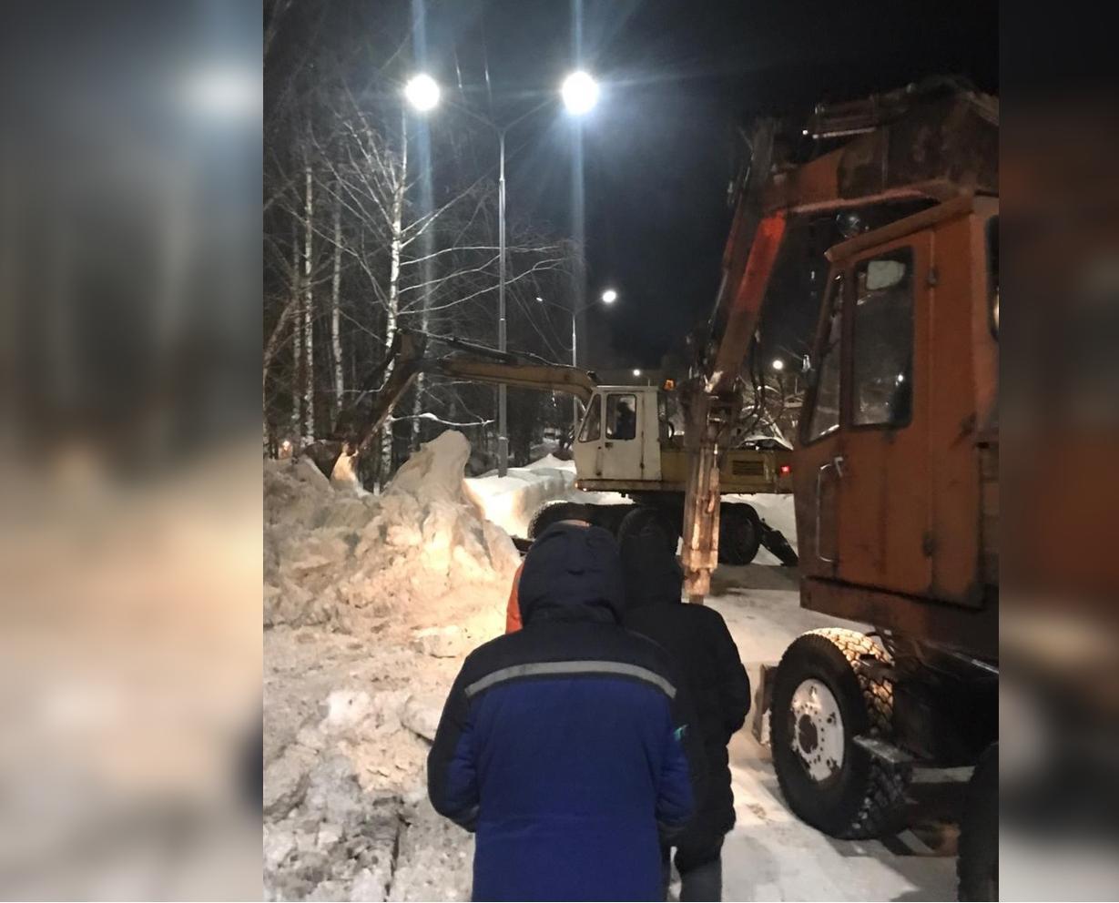 При ликвидации коммунальной аварии на Сосновой работали 10 человек в две смены