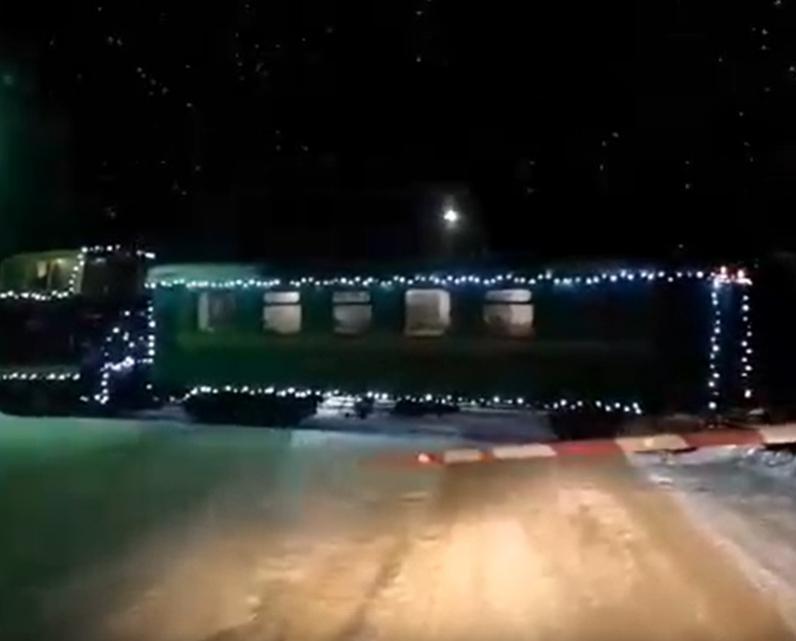 Видео: по Каринской узкоколейке начал ездить новогодний поезд