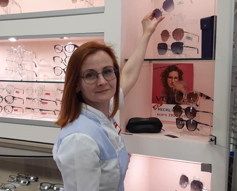 «В моде очки-маска и сложная геометрия»: сотрудница чепецкой оптики о летних трендах