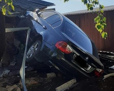 В Кирово-Чепецком районе автомобиль БМВ «влетел» в хозпостройку