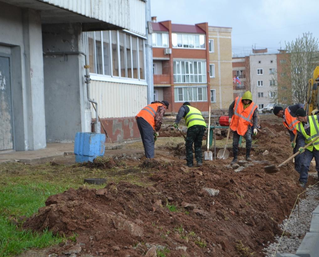 Плитка на тротуарах, новые светильники: на улице Комиссара Утробина идет ремонт дворов