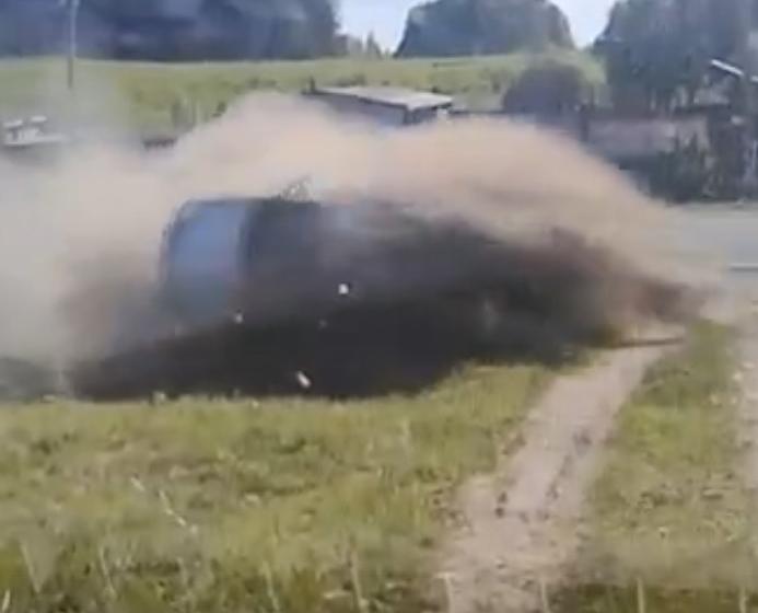 В Кстинино перевернулся автомобиль Nissan с двумя людьми: видео
