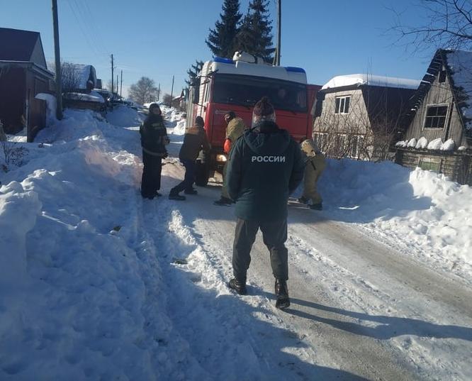 В Кирово-Чепецке пожарная машина забуксовала у жилого дома