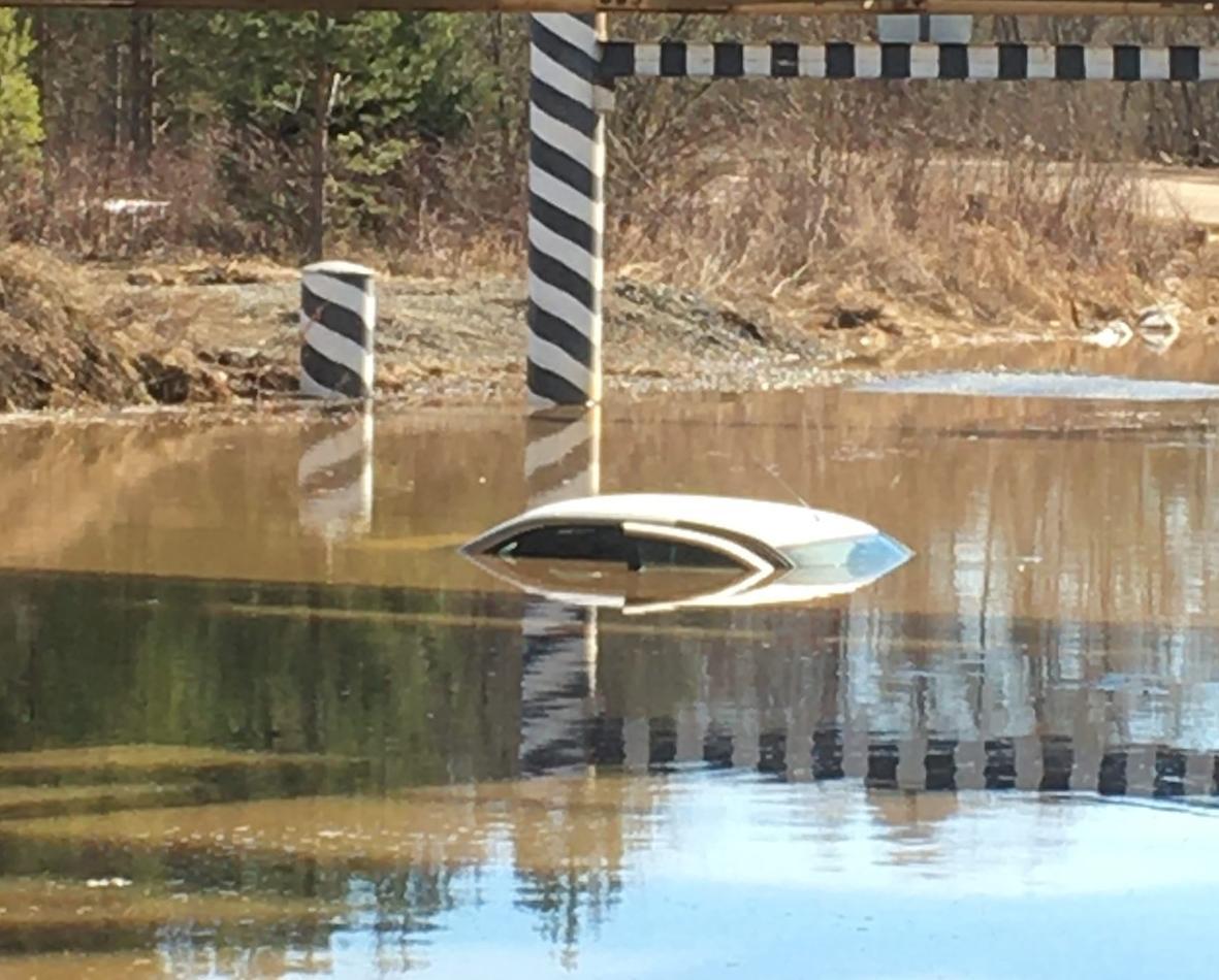 Фото дня: в Кирово-Чепецком районе автомобиль ушел под воду