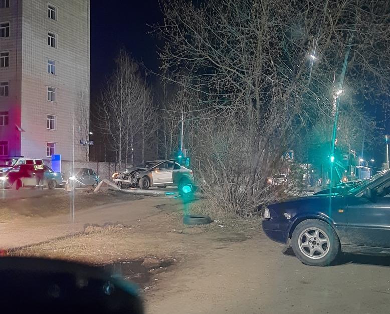 В Чепецке женщина на Peugeot сбила светофор: появились подробности ДТП