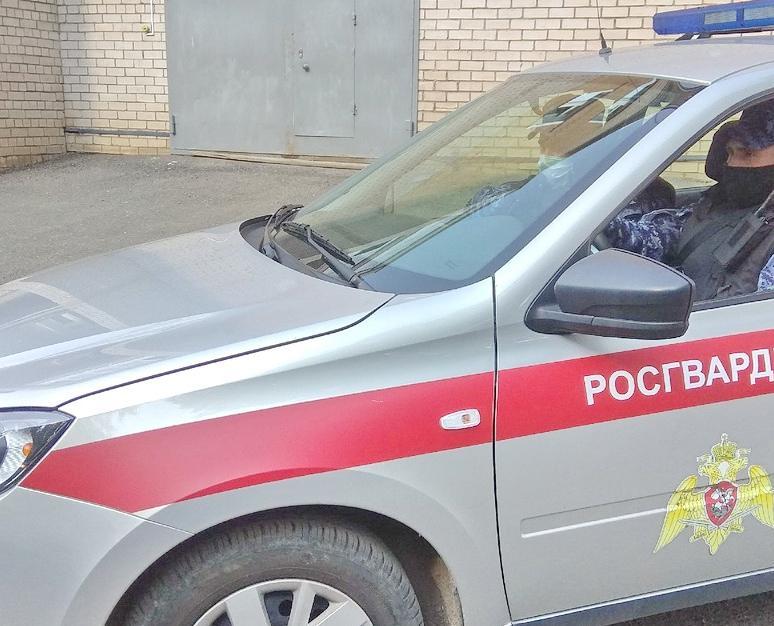 В Кирово-Чепецке пассажира такси задержали сотрудники Росгвардии: мужчина повредил авто