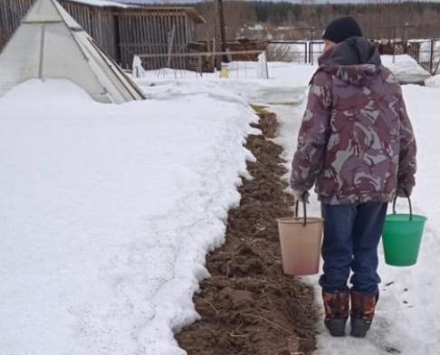 Из-за перемерзшего водопровода жители Кировской области вынуждены топить снег