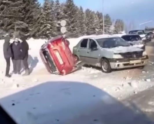 В Кирово-Чепецком районе женщина не справилась с управлением: автомобиль перевернулся