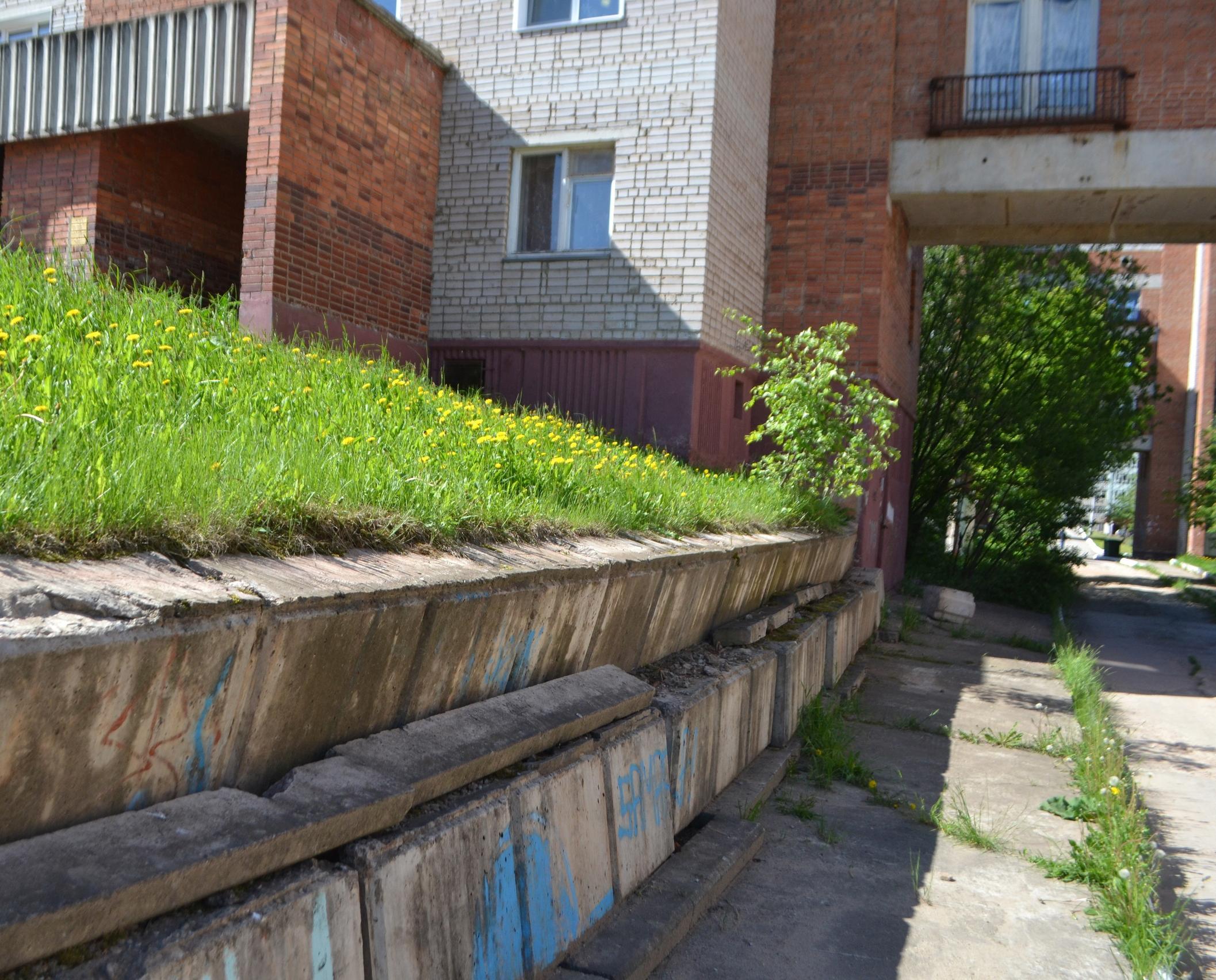 В Кирово-Чепецке отремонтируют наклоненную подпорную стенку во дворе дома