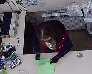 Сотрудники чепецкого магазина обнаружили потерянные деньги и вернули их хозяйке по видео