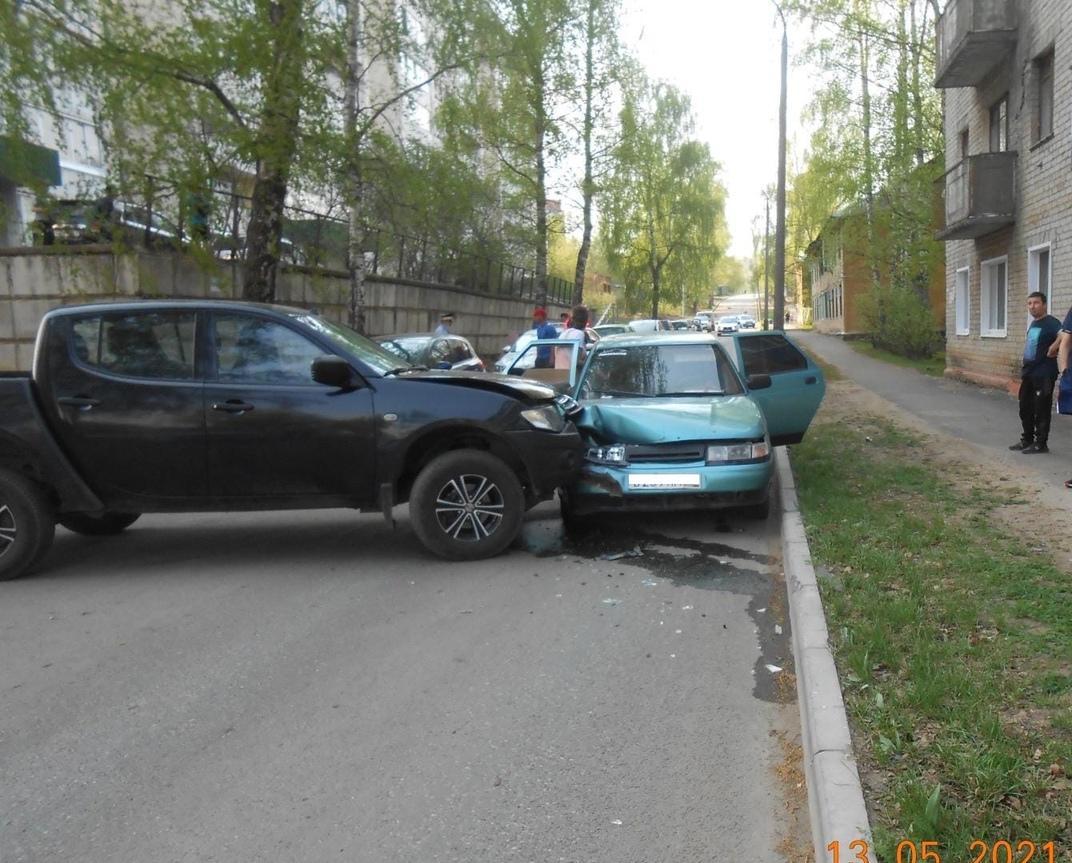В Кирово-Чепецке Mitsubishi въехал в ВАЗ: пострадала женщина