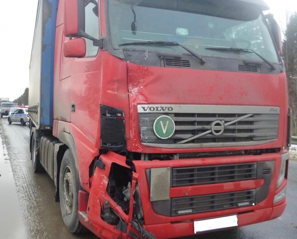 В Кирово-Чепецком районе грузовик столкнулся с автобусом: есть пострадавшие