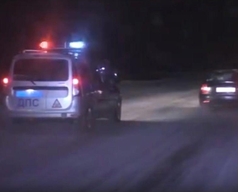 """В Чепецком районе мужчина на иномарке """"протаранил"""" магазин и устроил гонки со стрельбой"""