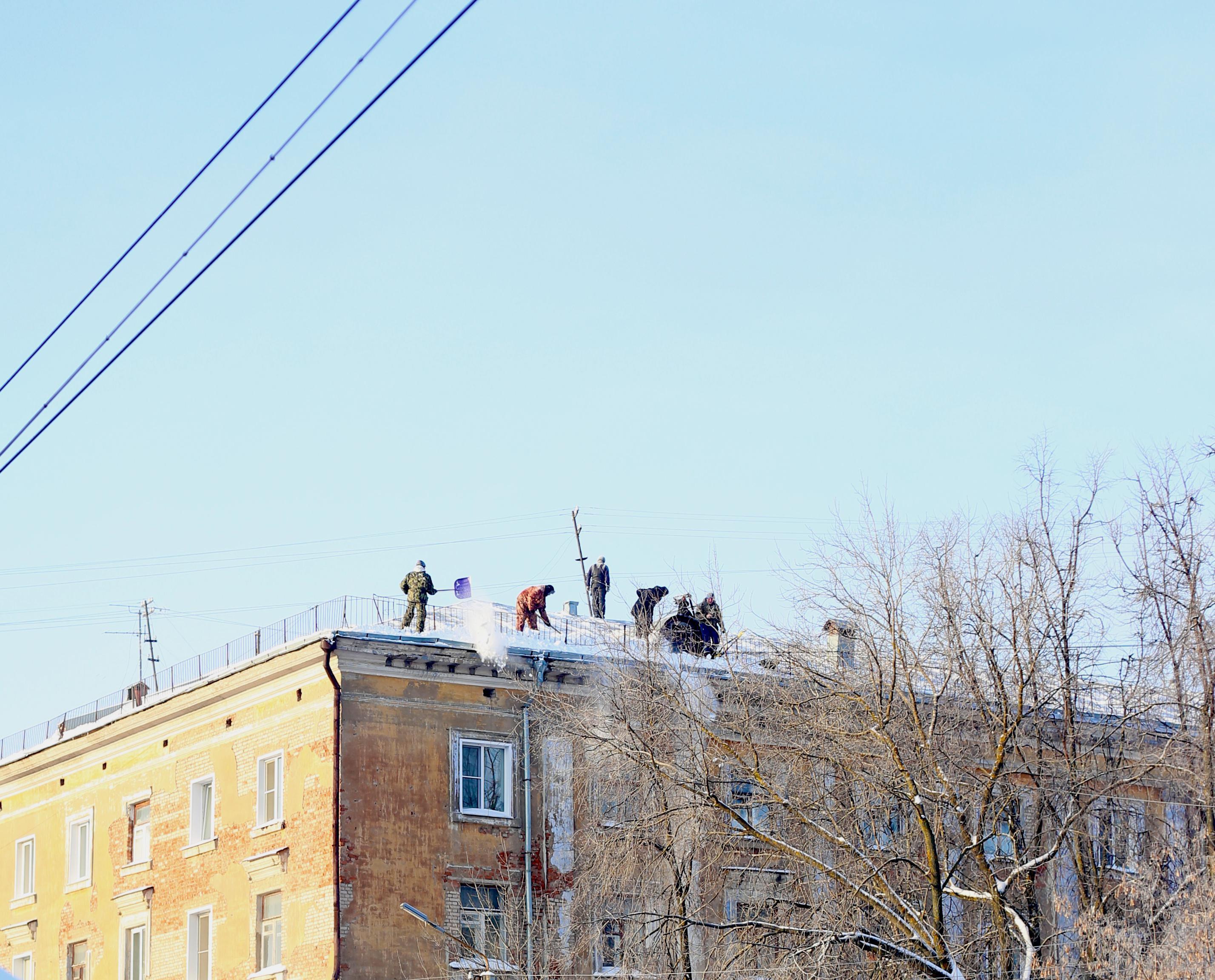 В Кирово-Чепецке проходит очистка крыш от снега