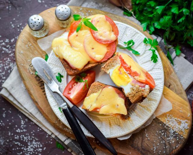 5 минут – и готово: делаем яичницу в хлебе на завтрак