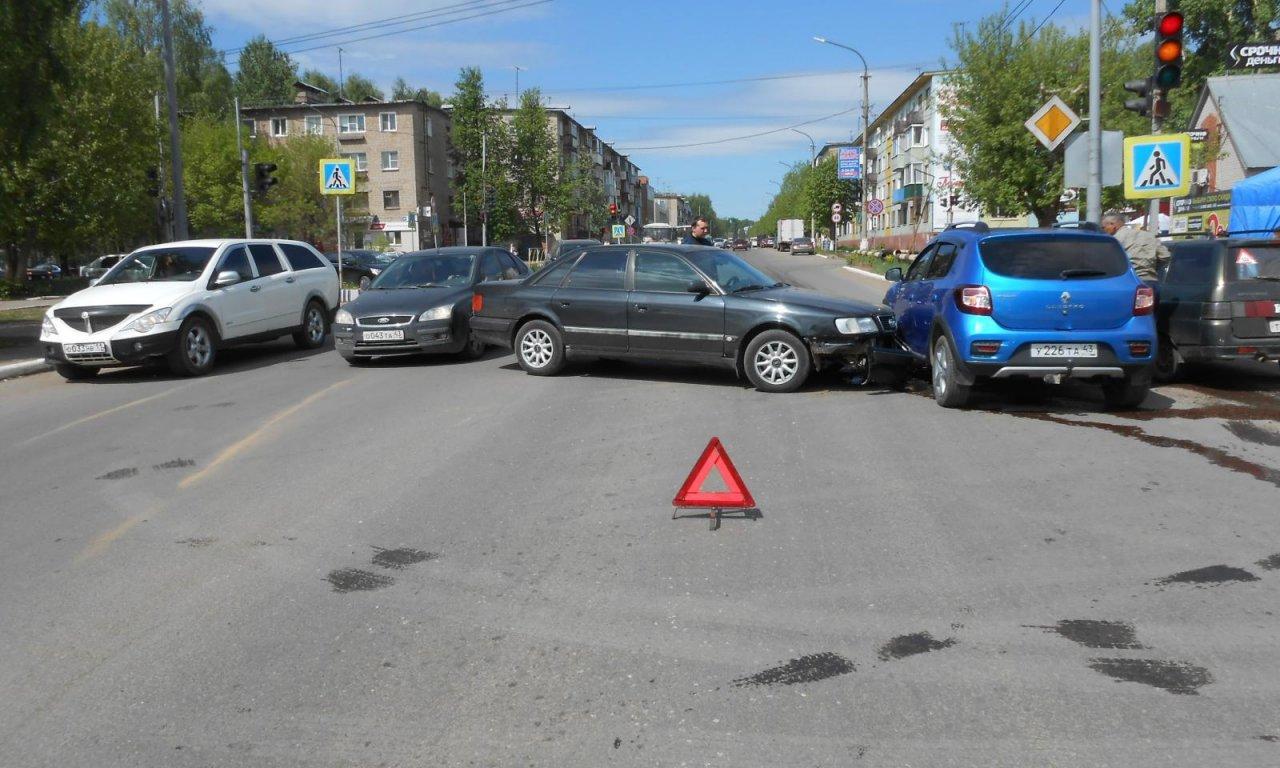 Спасатели ликвидировали последствия аварии на проспекте Мира в Чепецке