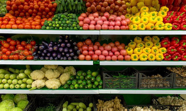 Росстат назвал продукты, которые больше всего подешевели и подорожали за год