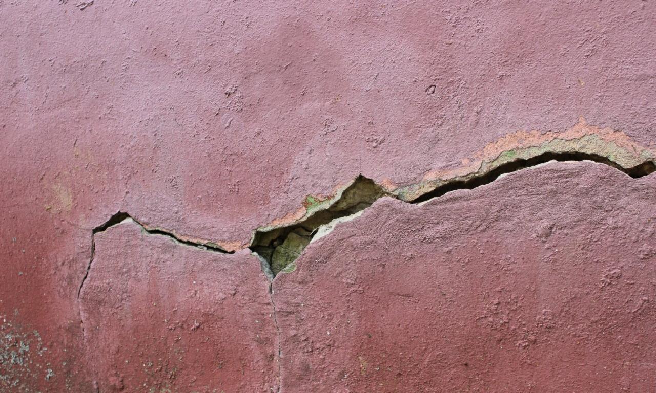 Дом трещит по швам: жильцы жалуются на дыры в стенах домов в Кирово-Чепецке