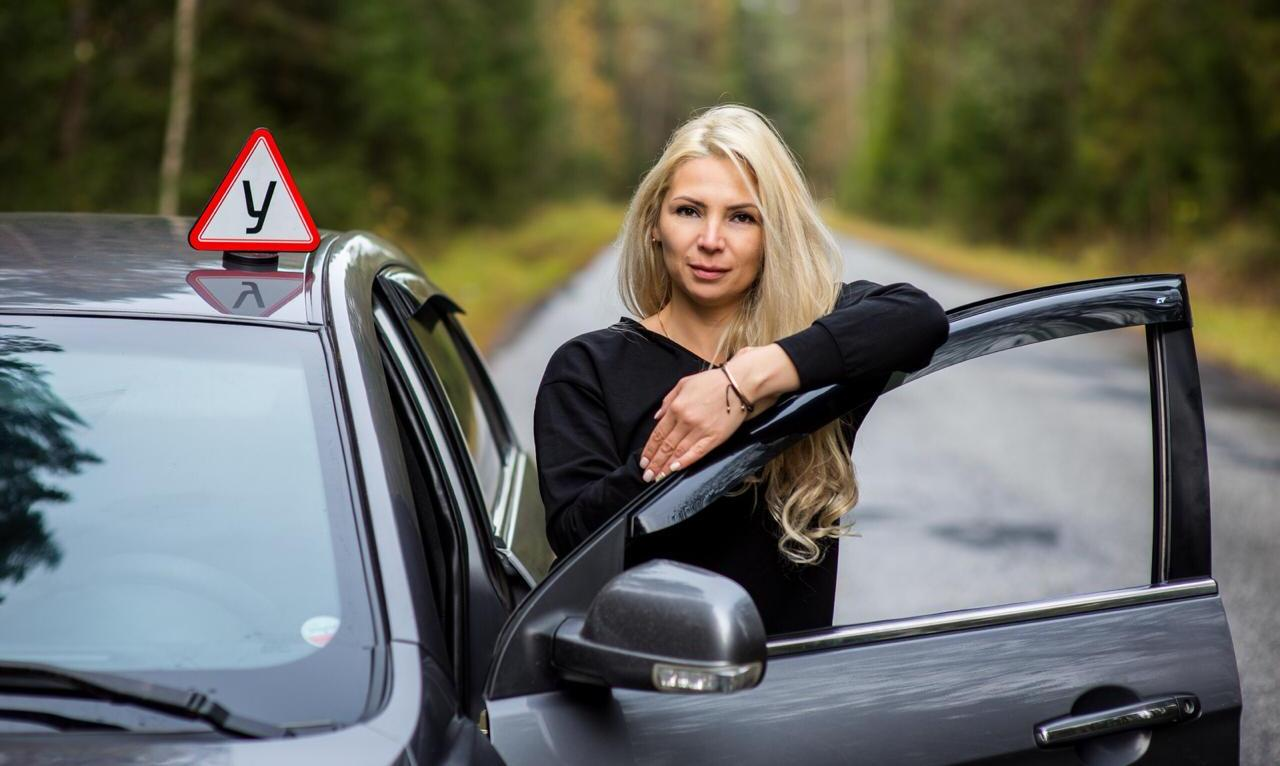 «Однажды нам въехали в задний бампер, а ученица этого не заметила»: женщина-автоинструктор о работе