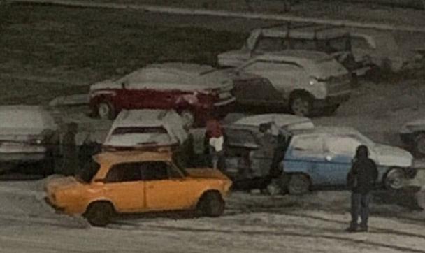 На проспекте Россия 23-летний водитель ВАЗа въехал в 5 припаркованных машин