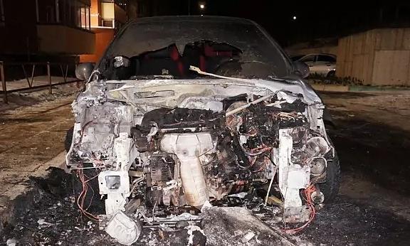 """Трое неизвестных подожгли автомобиль редактора портала """"Чепецк.ру"""""""