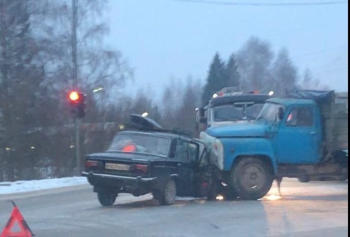 На въезде в Чепецк столкнулись ВАЗ и грузовик: есть пострадавшие