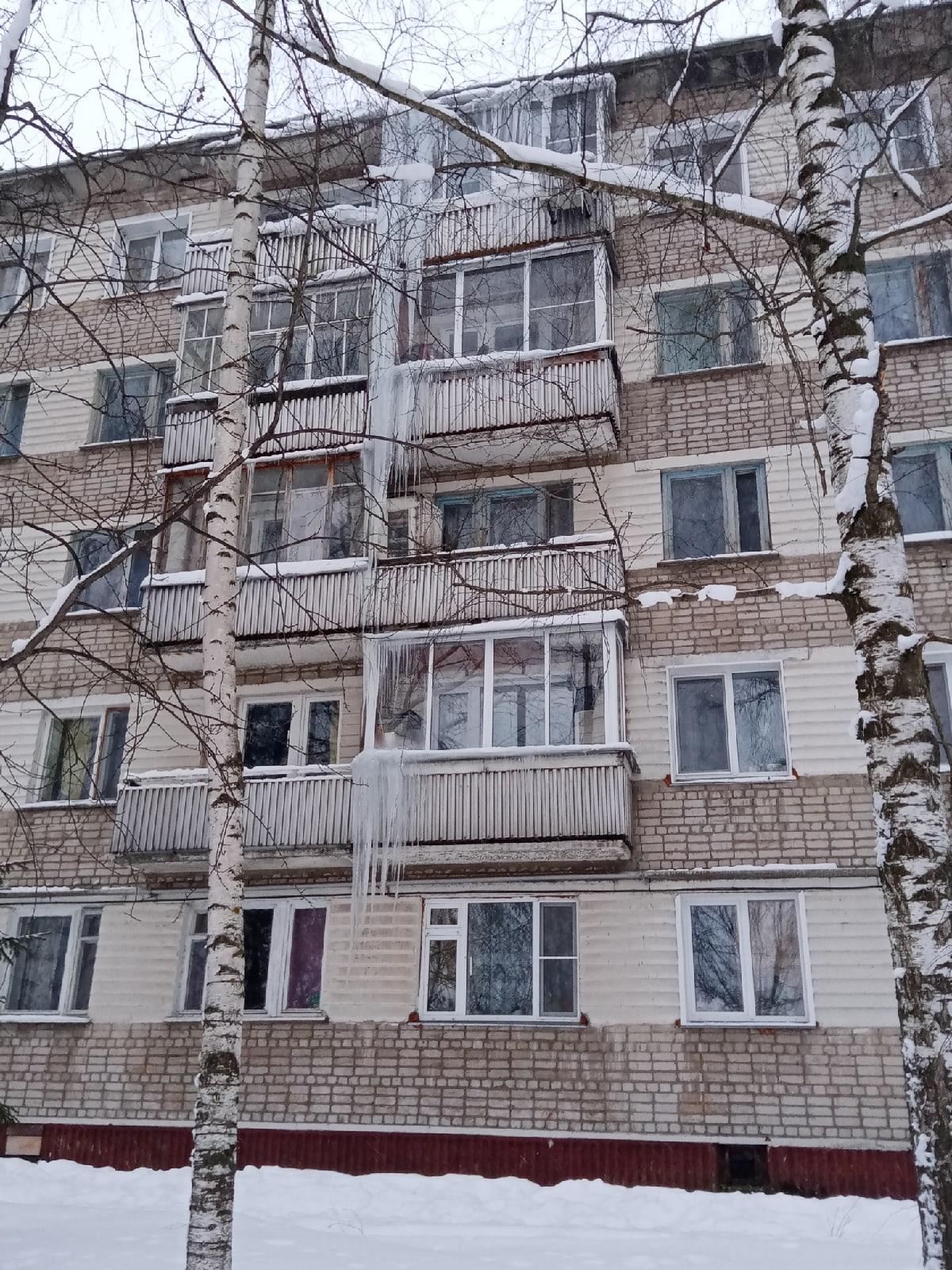 На фасаде дома в Кирово-Чепецке образовалась сосулька величиной в 3 этажа