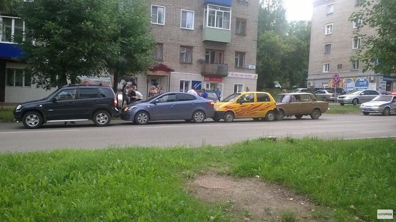 В Кирово-Чепецке на проспекте Мира столкнулись четыре машины