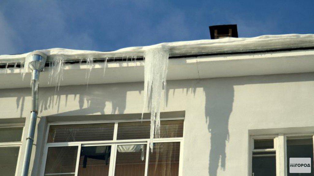 Очевидец: «Женщина, на которую упала глыба льда в Чепецке, чудом осталась жива»
