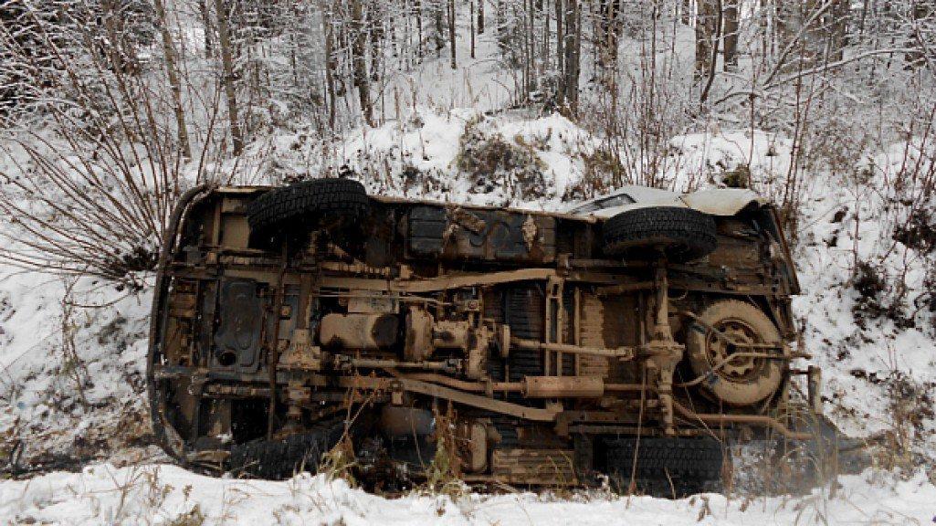 На трассе Киров-Пермь автомобиль с районным прокурором вылетел с многометрового обрыва