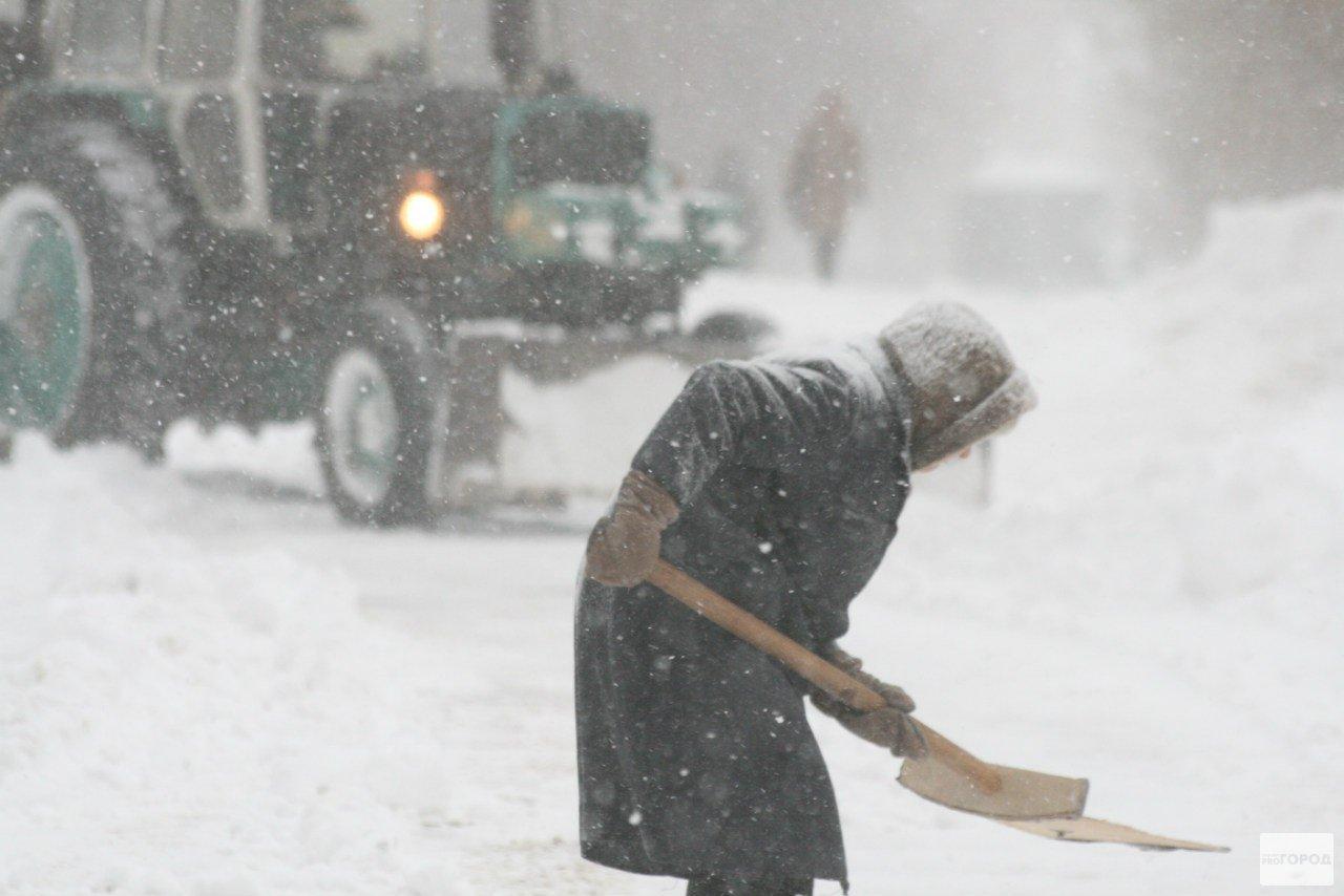 Как убирают снег в Чепецке: от зарплаты дворников до количества машин на улицах