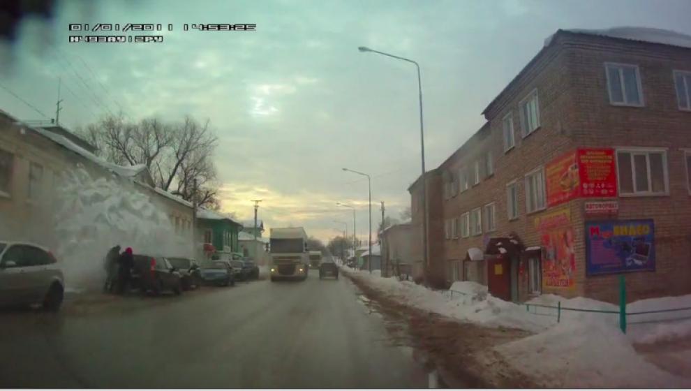 В Кировской области с крыши дома на людей сошла снежная лавина