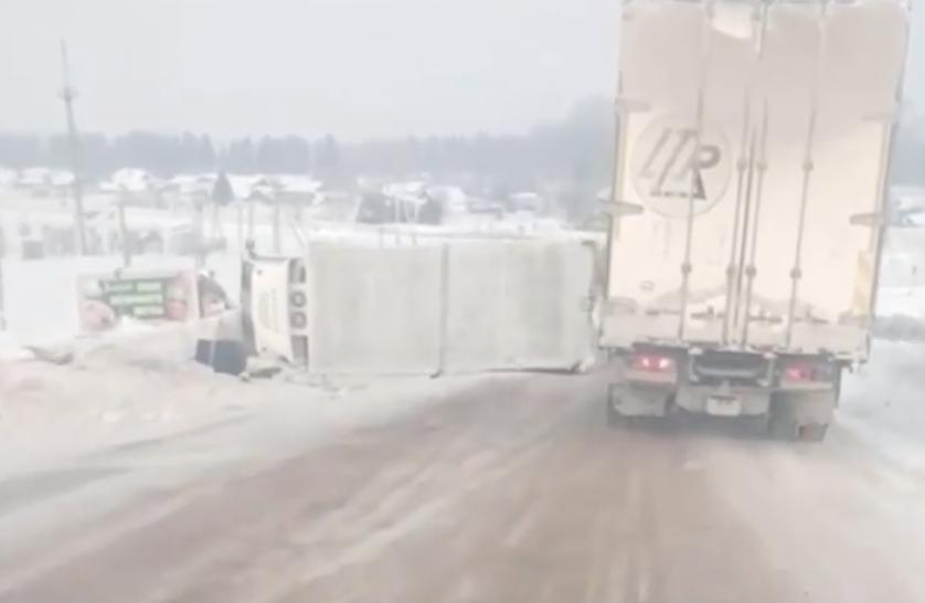 В Чепецком районе перевернулся грузовик